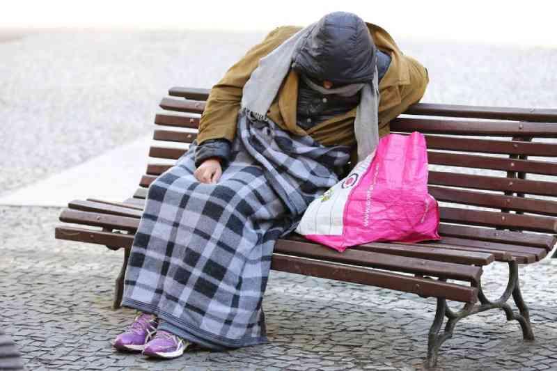 Pessoa em situação de rua se agasalha com cobertor. — Foto: Giuliano Gomes/PR Press