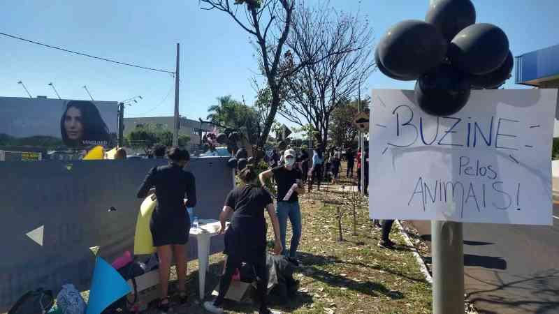 """""""Buzine pelos animais"""", dizia um dos cartazes expostos na manifestação (Foto: Cristiano Arruda)"""