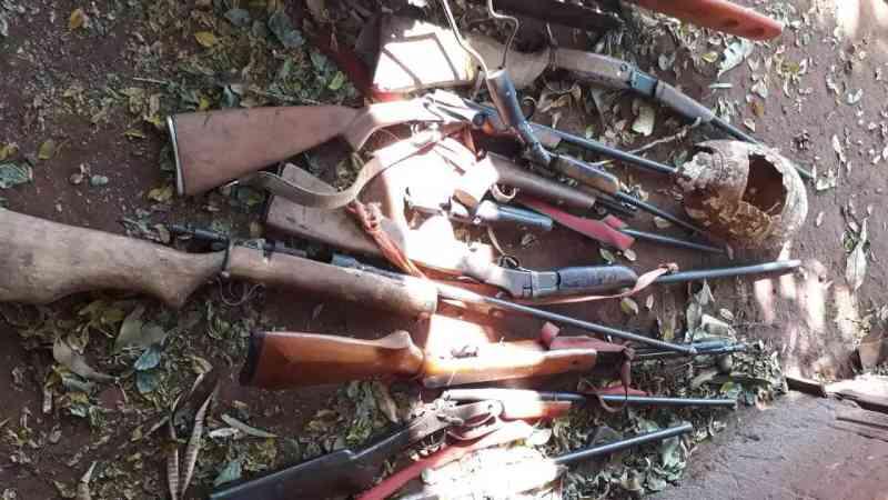 Diversas armas artesanais e munições foram apreendidas durante flagrante. (Foto: Direto das Ruas)