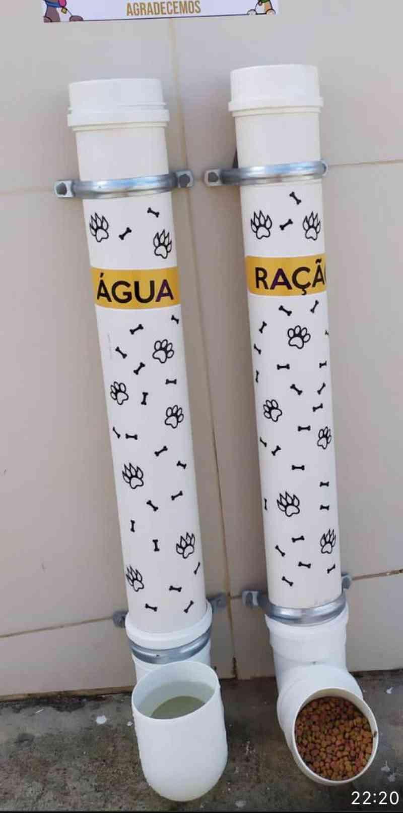 """""""Comedouro"""": a estrutura foi construída com dois canos de PVC, um com ração e outro com água, para que cães e gatos possam se alimentar ao passar pela rua. — Foto: Arquivo Pessoal"""