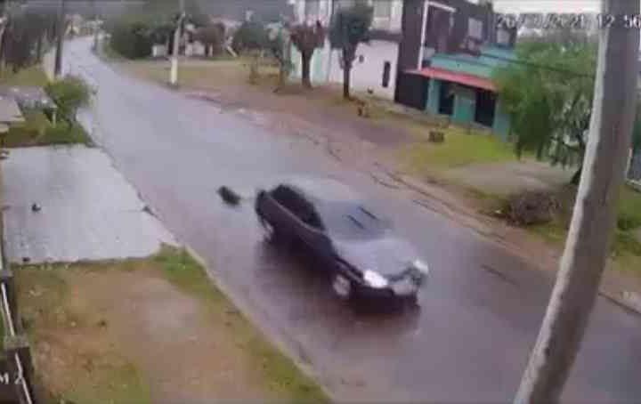 Carro é flagrado por câmeras de segurança arrastando cachorro em Santana do Livramento. — Foto: Reprodução