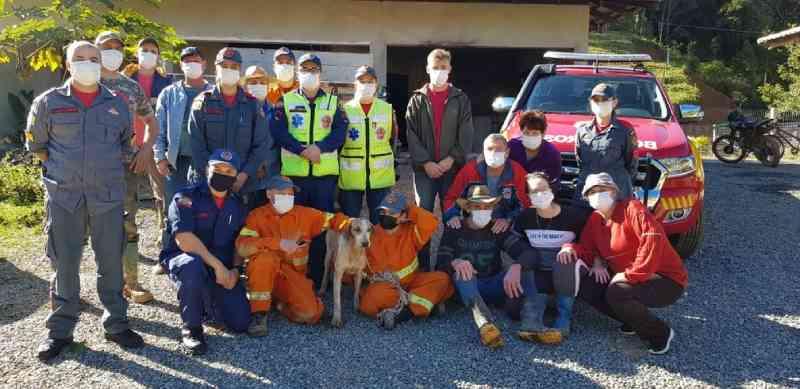 Agentes que atuaram no resgate do cão de caça Pitoco em SC — Foto: Corpo de Bombeiros/Reprodução