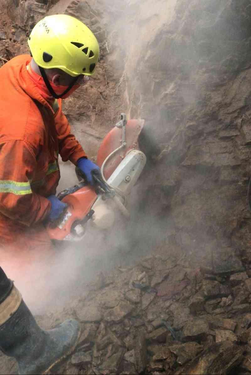 Equipe de resgate utilizou equipamentos para quebrar a rocha. — Foto: Corpo de Bombeiros/Reprodução
