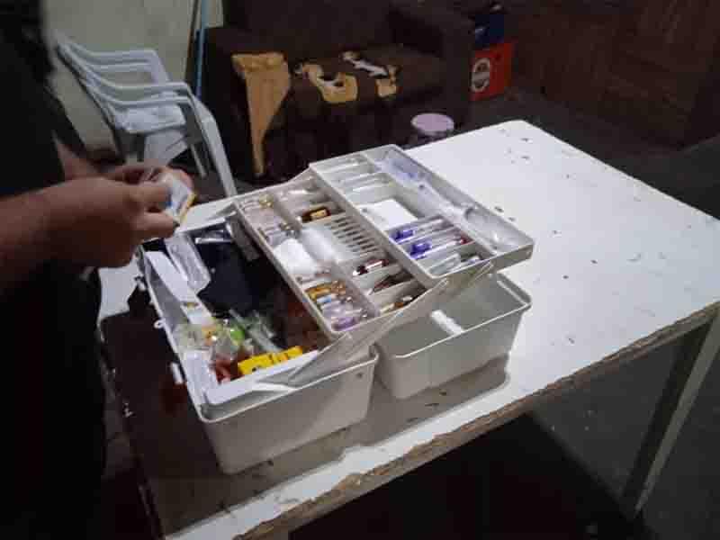 Materiais usados na castração foram localizado nas república. Foto: Polícia Ambiental