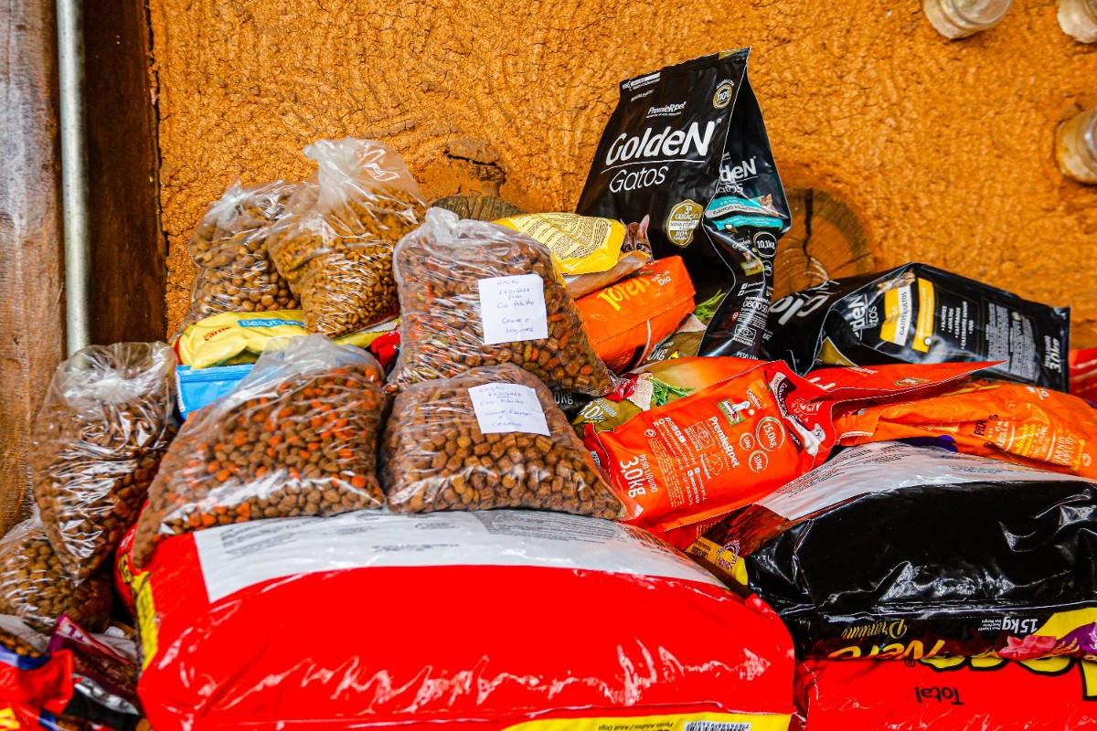 Mais de 700 kg de ração arrecadados para cuidar de animais de rua em Santana de Parnaíba, SP