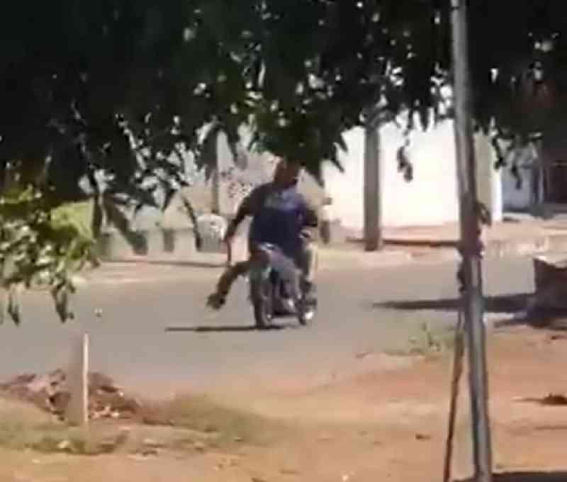 Motociclista é flagrado levando cachorro pendurado pela pata em rua de Gurupi, TO; veja o vídeo