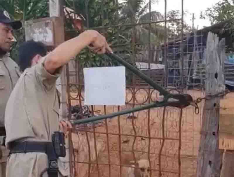 Policiais usam alicate para entrar na casa e salvar os animais. Foto: Reprodução/Instagram da 3ª CIPM