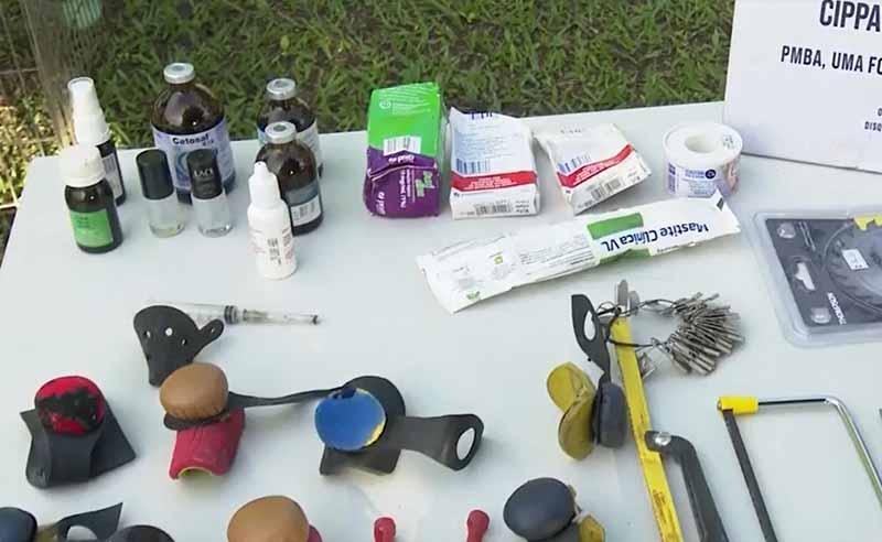 Materiais encontrados durante operação, em Arraial d'Ajuda — Foto: Reprodução/TV Santa Cruz