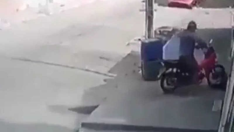 Motociclista atropela cachorro que estava dormindo em calçada no interior do RN — Foto: Reprodução