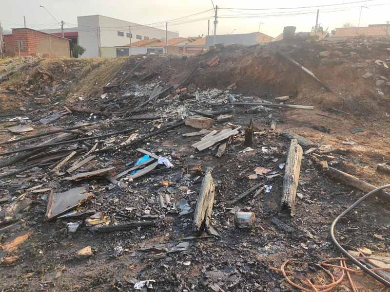 Fogo destruiu completamente barraco improvisado em terreno no Bairro Pampulha, em Agudos; — Foto: Arquivo pessoal