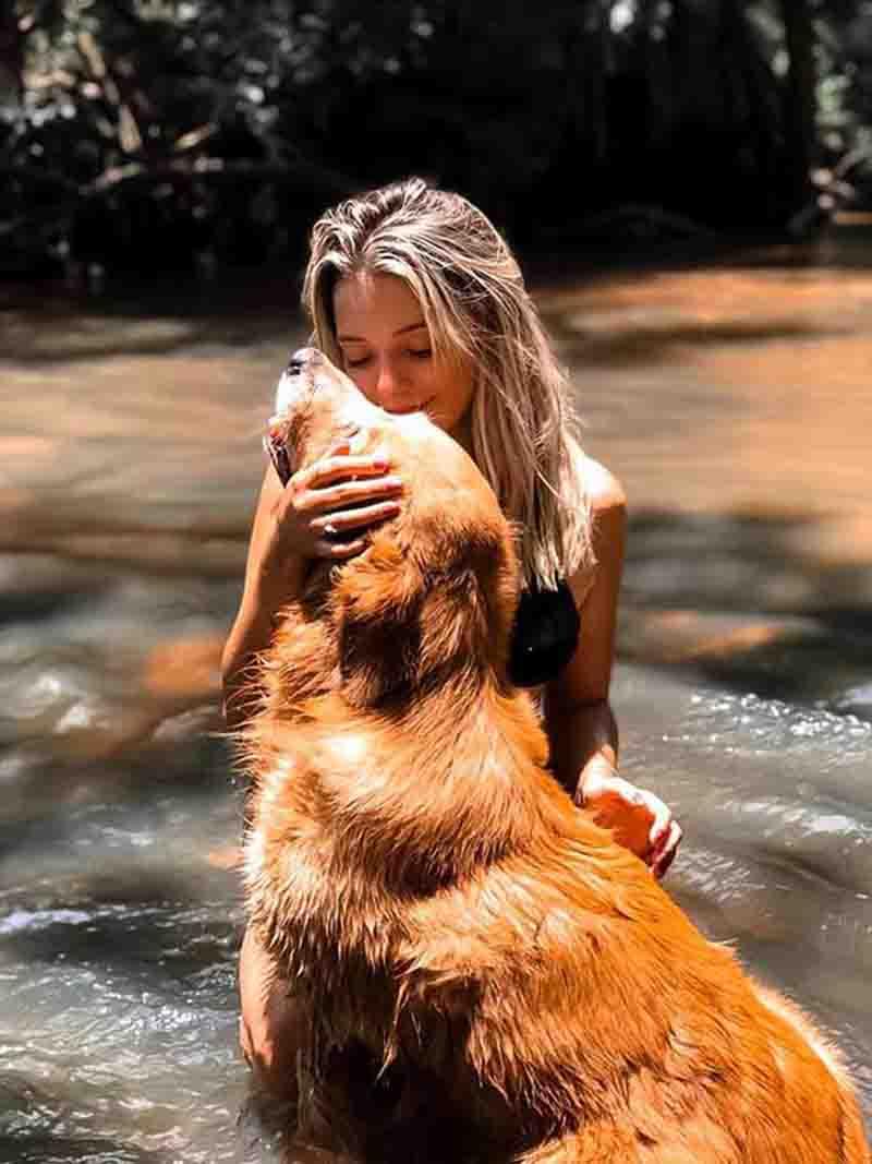 Lara e seu cachorro, Marley, que é cadastrado como doador de sangue em Tupã (SP) — Foto: Lara Jacob/ Arquivo pessoal