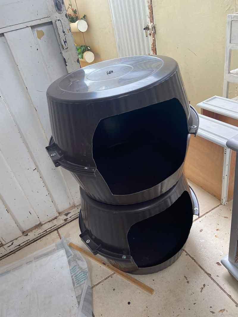 Moradores de Tupã (SP) ajudaram doando os baldes para fazer as casinhas de pets — Foto: Lara Jacob/ Arquivo pessoal