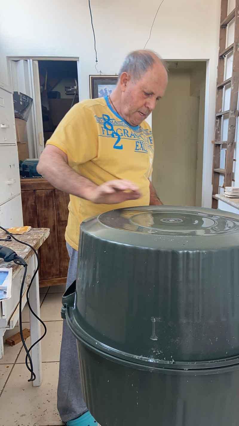 Olavo Scioli, tio de Lara, é marceneiro e ajuda em todo o processo de confecção das casinhas para os pets em Tupã (SP) — Foto: Lara Jacob/ Arquivo pessoal