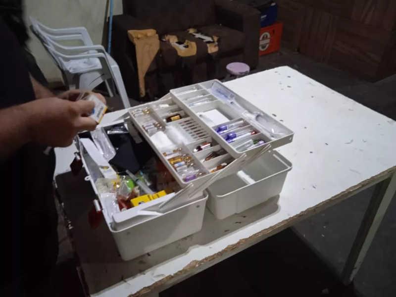 Materiais usados na castração foram localizados na república — Foto: Polícia Ambiental