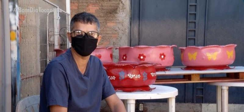 Servidor público e artesão ganha dinheiro transformando pneus velhos em lindos vasos — Foto: Reprodução/TV Anhanguera