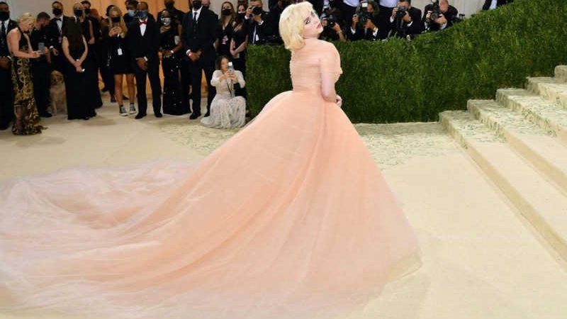A cantora britânica Billie Eilish, vegana e defensora dos direitos dos animais, usou um vestido de Oscar de la Renta para o Met Gala em Nova York depois que a grife concordou em parar de usar peles de animais em seus modelos. Foto: AFP