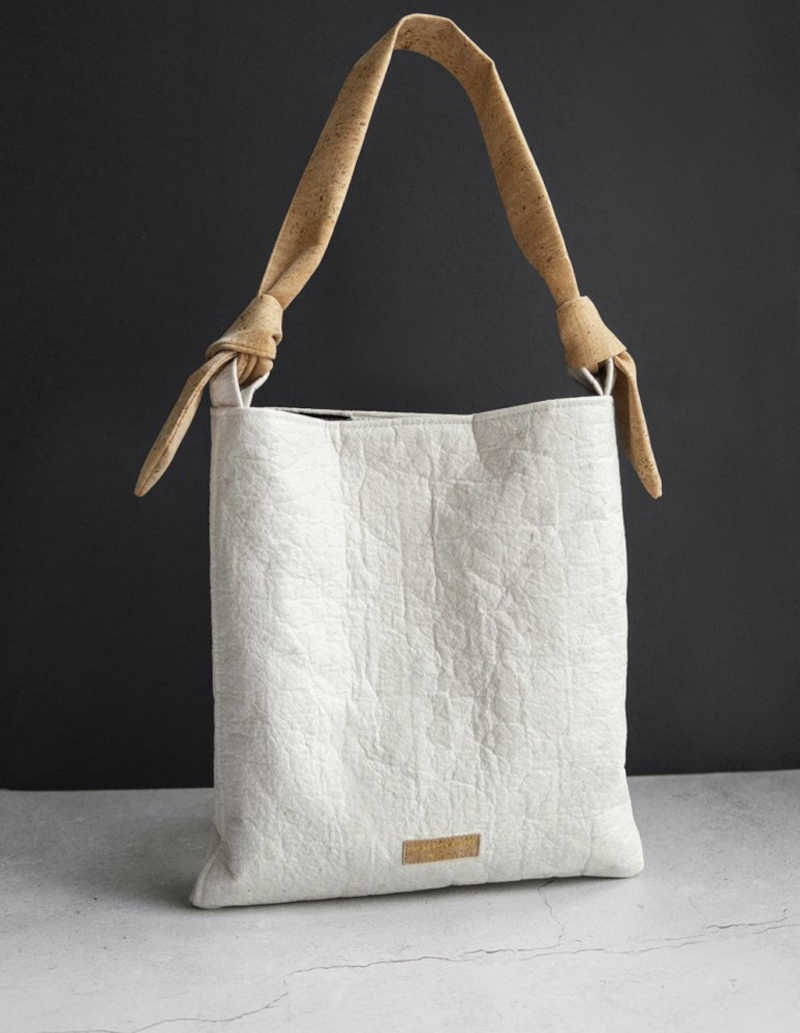 Uma bolsa feita de couro alternativo da marca de moda vegana The Lovely Things.