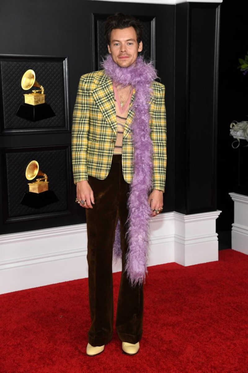 O cantor britânico Harry Styles usou uma estola de pele falsa da Gucci no Grammy Awards 2021, realizado no Los Angeles Convention Center em Los Angeles, Califórnia. Crédito imagem: Getty Images