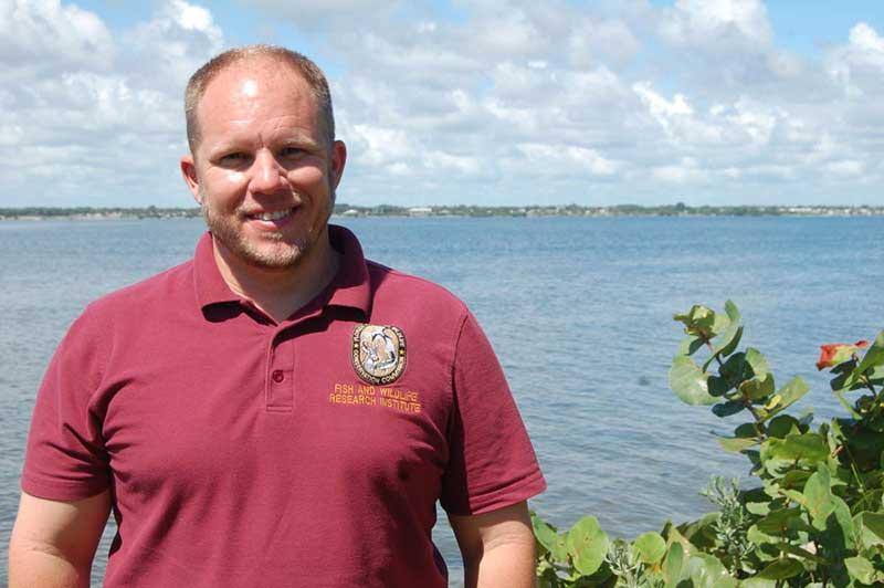 Bill Greer, da Comissão de Conservação de Peixes e Vida Selvagem da Flórida, faz parte de uma equipe de três pessoas que resgata peixes-bois mortos e doentes da Lagoa do Rio Indian. Foto de Amy Green