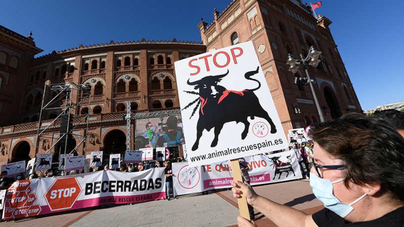 Pessoas protestam contra touradas do lado de fora da praça de touros Las Ventas, em Madri.
