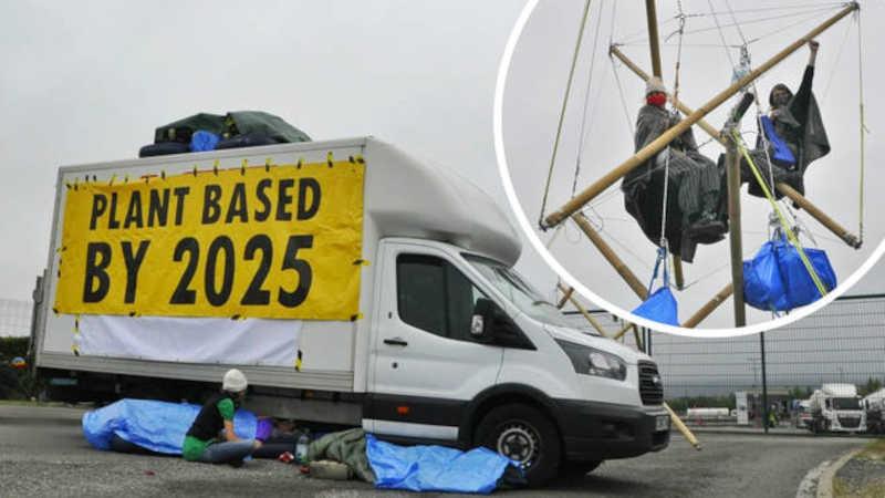 Ativistas do clima bloquearam o centro de distribuição de Aylesbury da Arla Foods. / Foto: Animal Rebellion