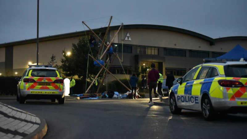 Carros de polícia e policiais foram fotografados no local da manifestação. / Foto: Animal Rebellion