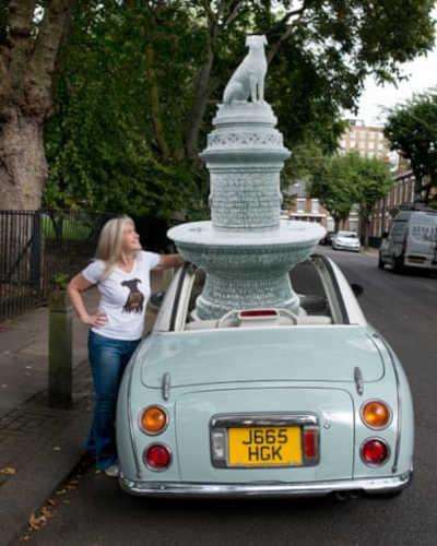 Autora Paula S Owen está fazendo uma campanha para trazer de volta a estátua do Cão Marrom. (Foto: Sophia Evans/The Observer)