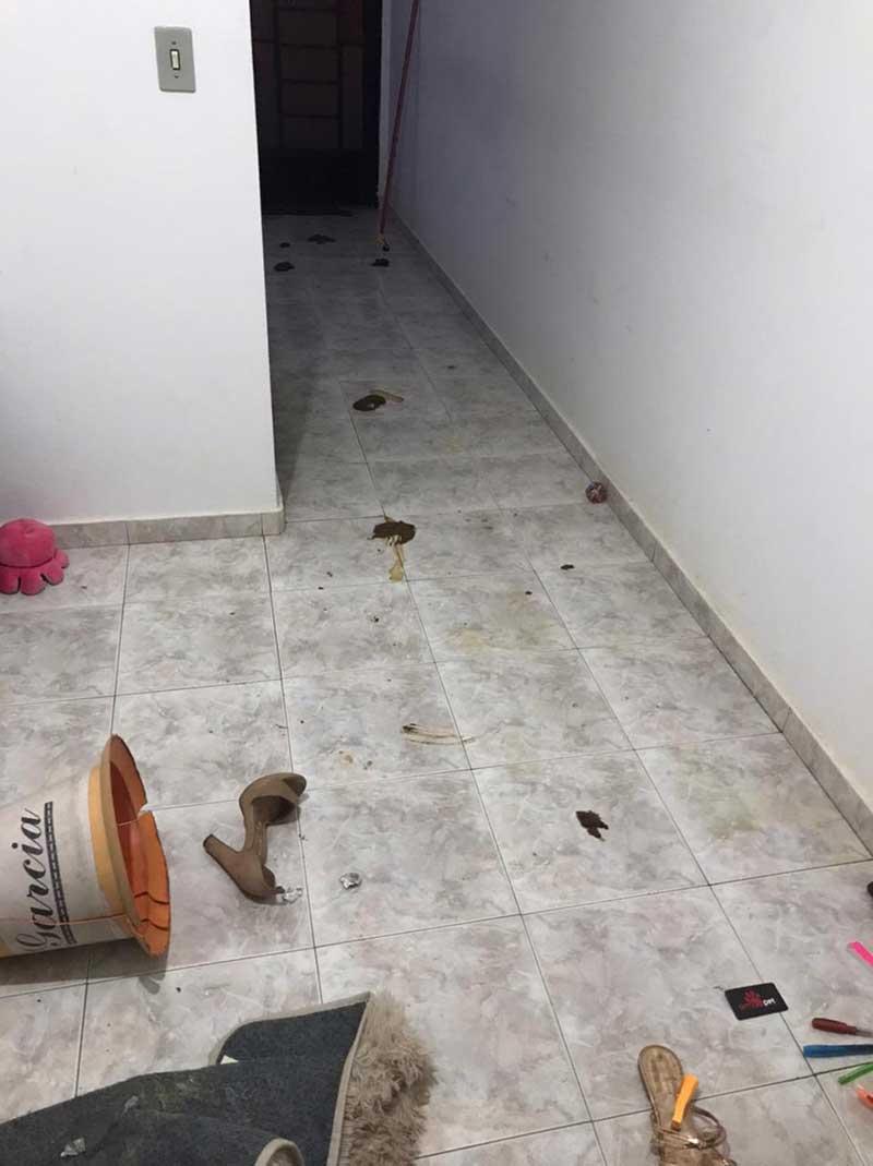 Casa alvo de denuncia em Uberaba estava suja de fezes — Foto: Polícia Militar/Divulgação
