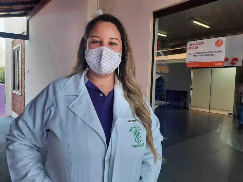 Proprietária da clínica credenciada para fazer castrações, Laura Metello. (Foto: Caroline Maldonado)