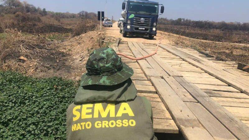 Caminhões-pipa usados para levar água para animais silvestres no Pantanal — Foto: Divulgação/Sema-MT