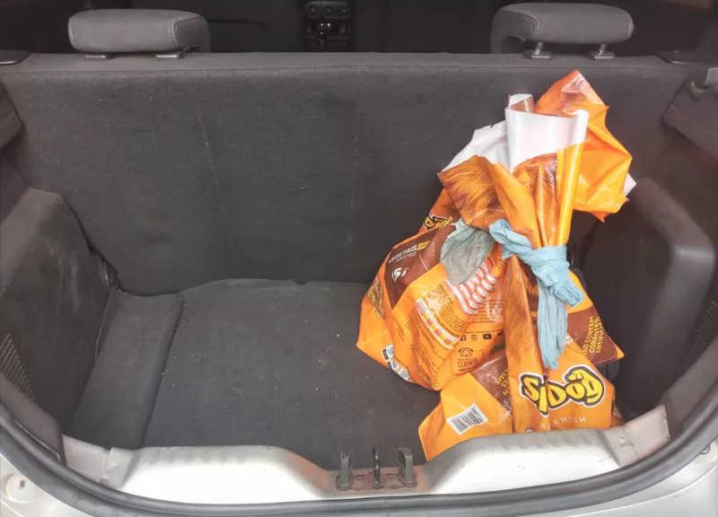 Porta-malas abastecido com ração de motorista por aplicativo em Ribeirão Preto (SP) — Foto: Acervo pessoal/ Daniel Augusto Galo