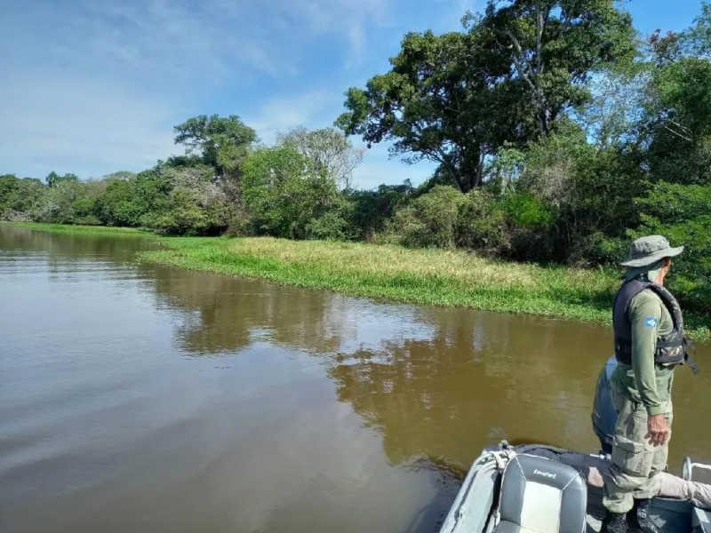 Fiscalização de Fauna percorreu a região de barco — Foto: Sema-MT